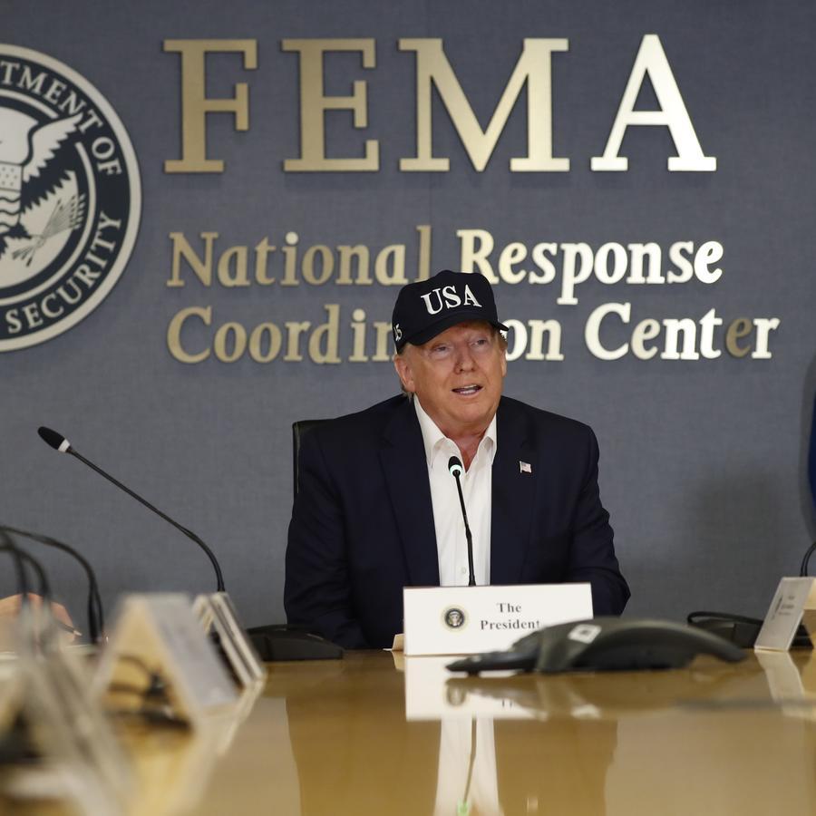 Fotografía del presidente, Donald Trump, en las instalaciones de la Agencia Federal de Manejo de Emergencias