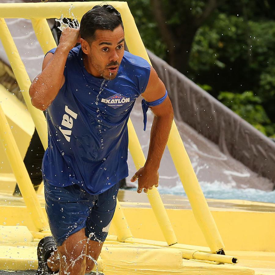 Jay Flores se quita el agua del rostro