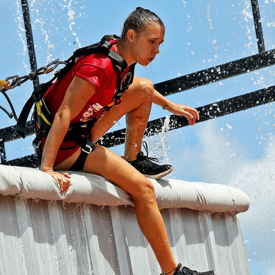 Nicole sale del agua en el circuito de altura