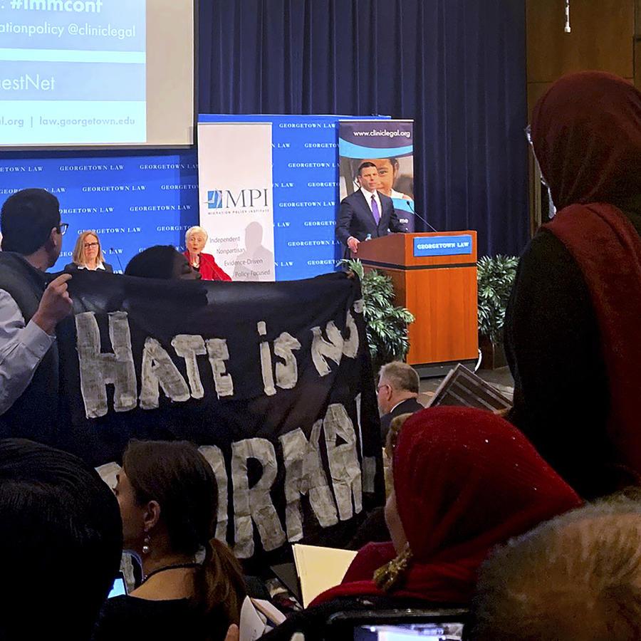 Activistas impiden discurso de Kevin McAleenan sobre políticas migratorias