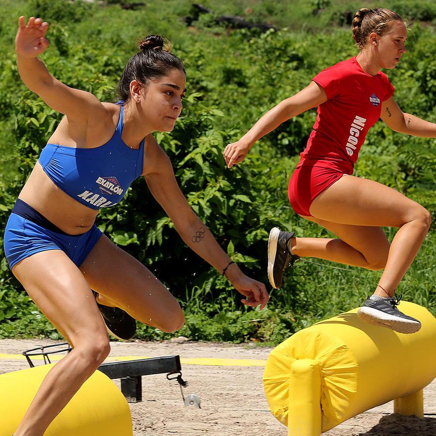 Nicole y Karla Salazar brincan obstáculos