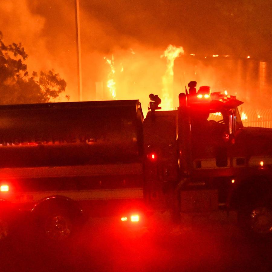 Un camión de bomberos en los incendios en el sur de California