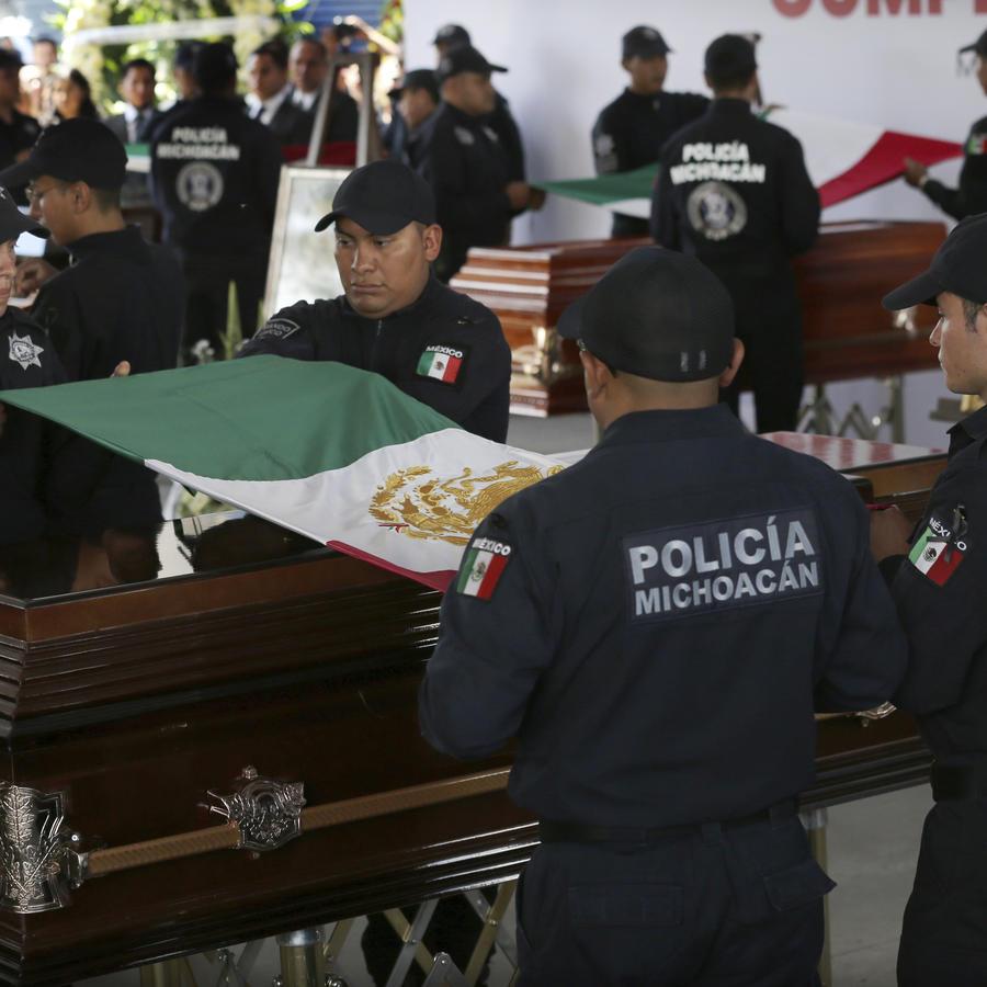 Luto en Michoacán por el asesinato de 13 policías en una emboscada