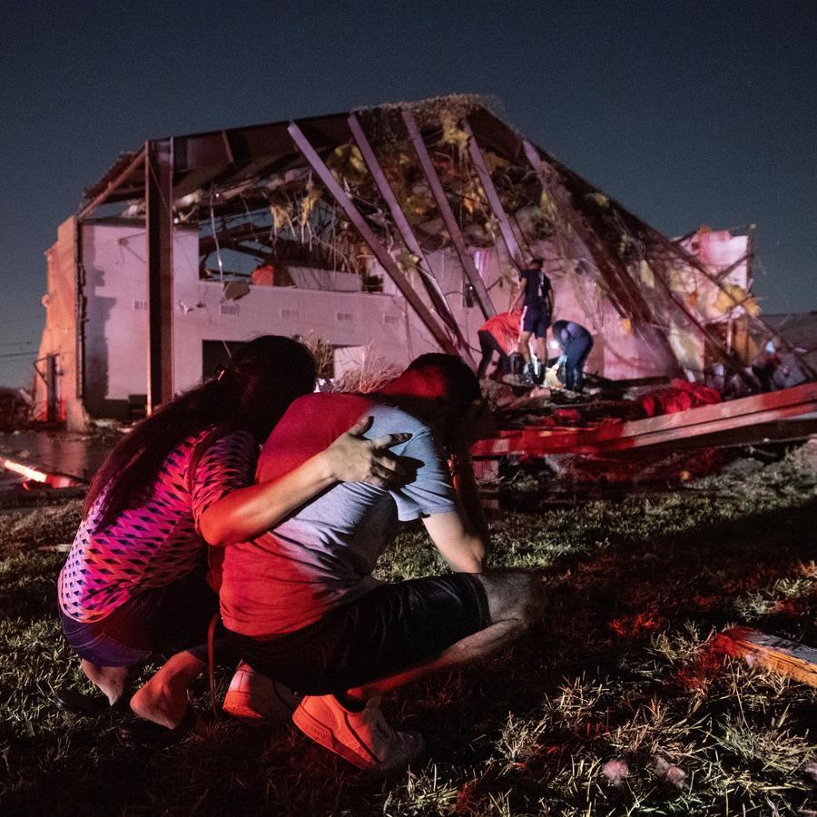 Miles de latinos buscan recuperarse luego de los tornados en Dallas