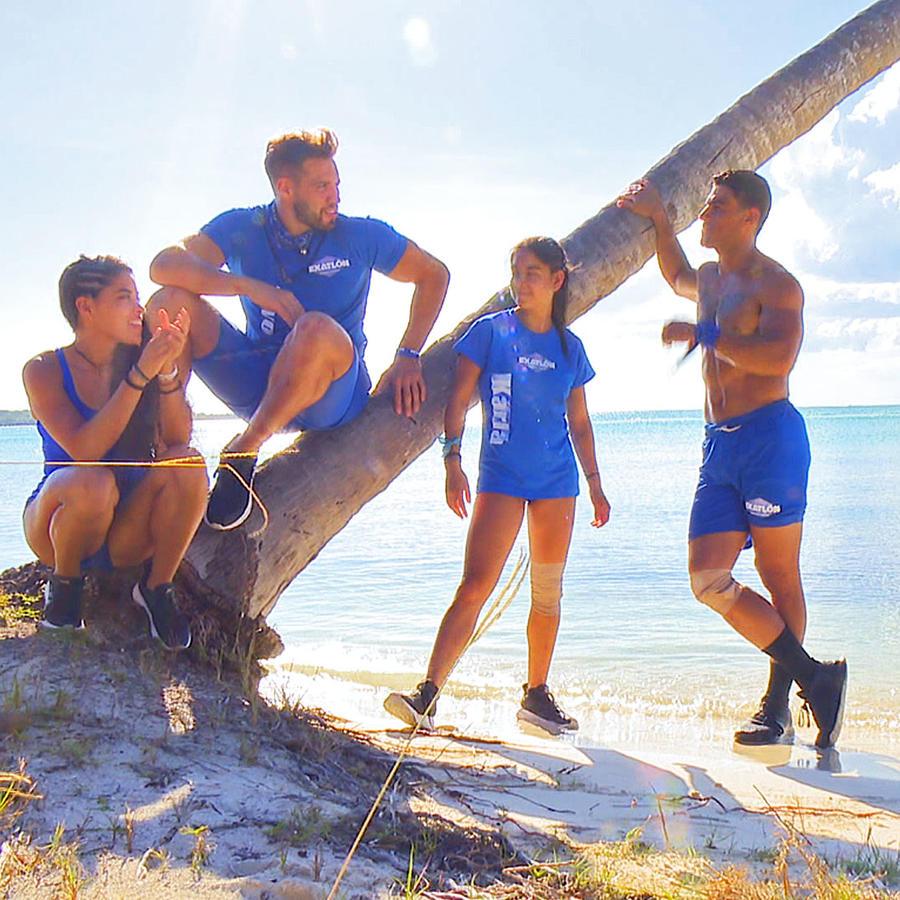 Contendientes platican en la playa