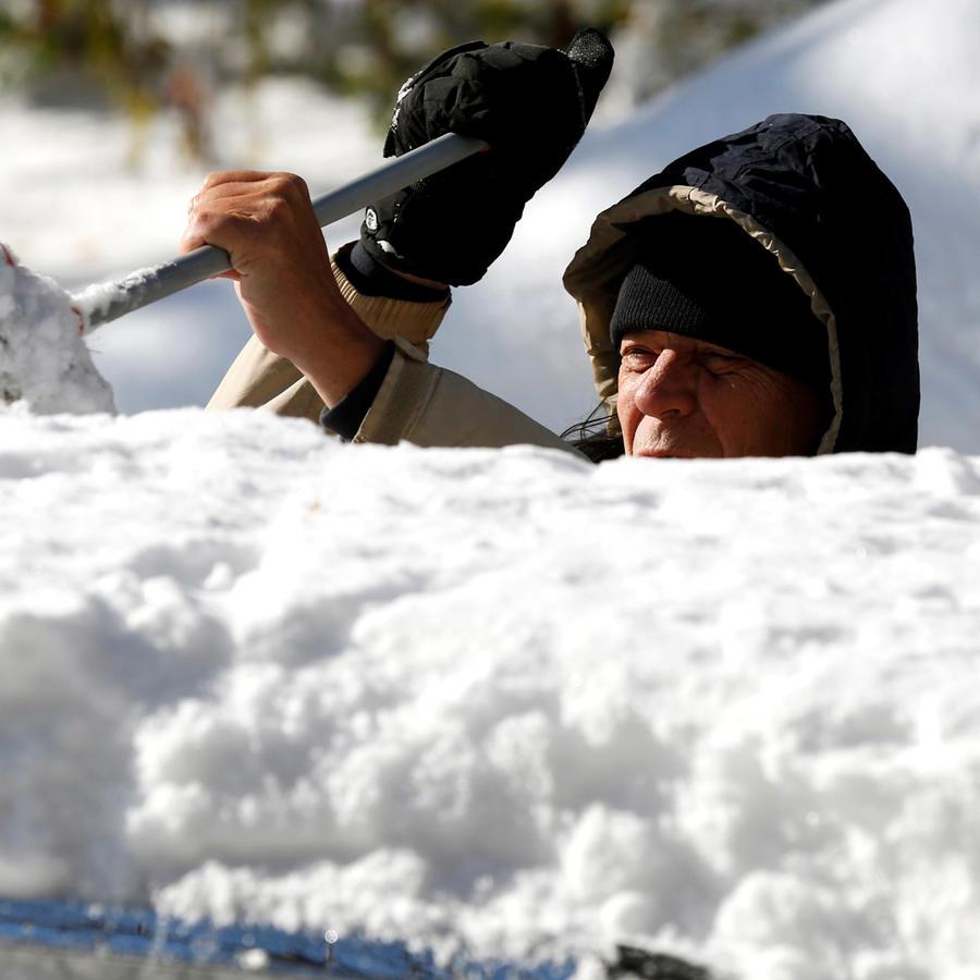 Un hombre limpia la nieve tras ola de frío   ártico