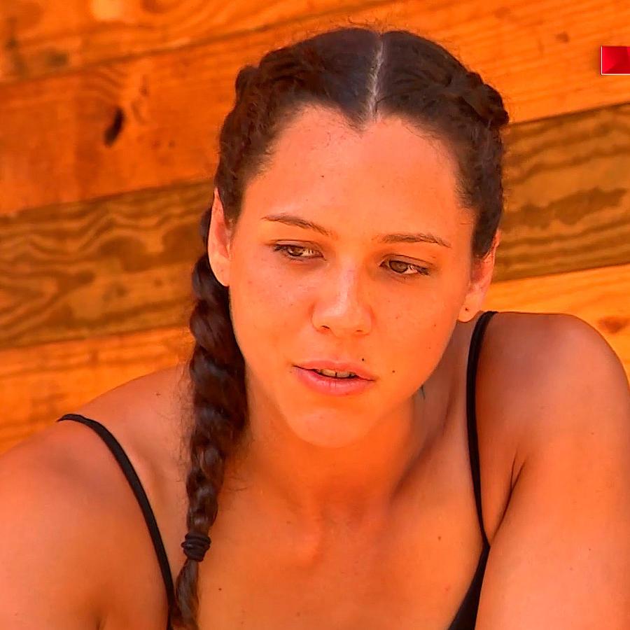 Alejandra Azul Lara habla en la Cabaña