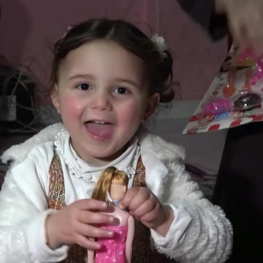 Salwa, la niña siria que reía durante los bombardeos a su ciudad empieza una nueva vida en Turquía