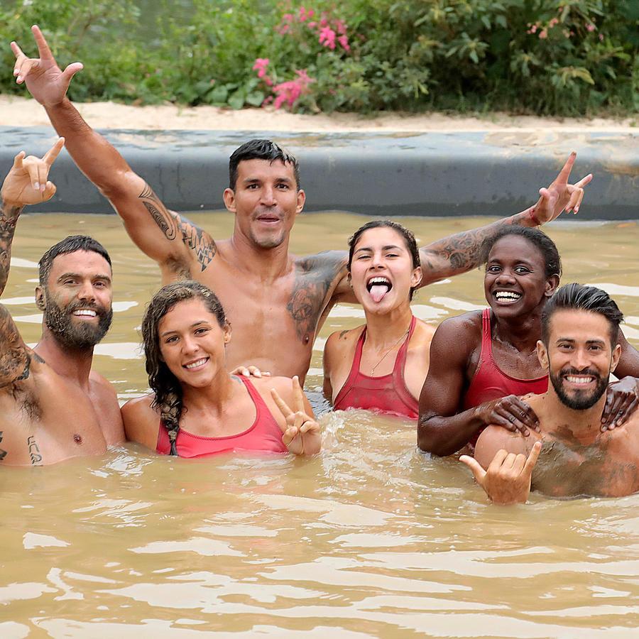 Famosos felices en la piscina del circuito de barro