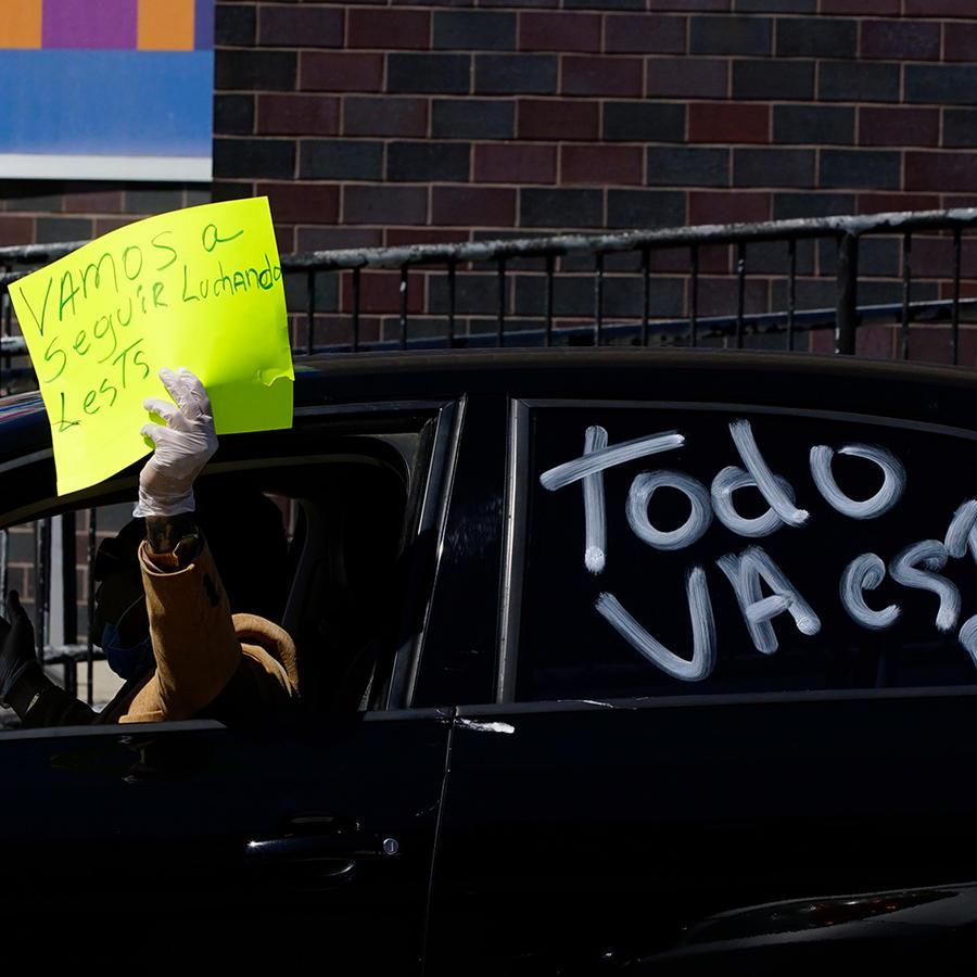 Una persona en un vehículo con un mensaje de esperanza por el coronavirus.