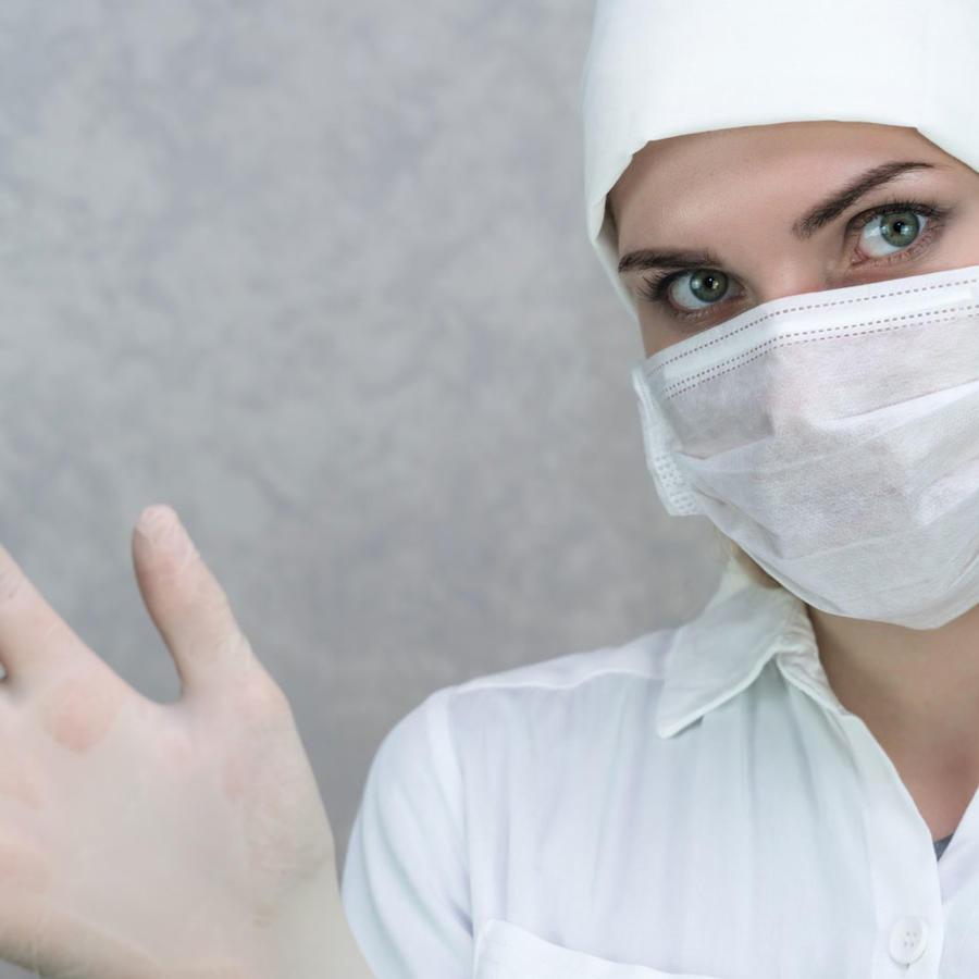 Uso de guantes para evitar el contagio de coronavirus
