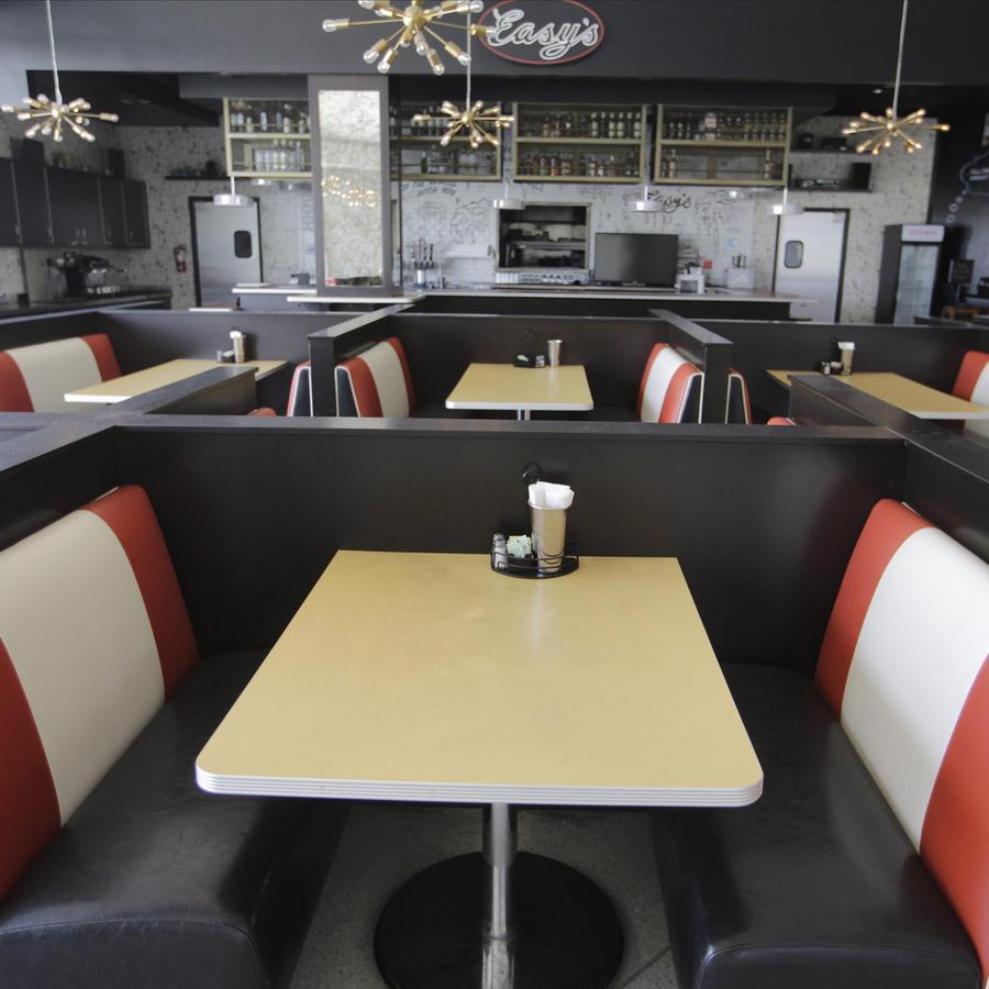 El restaurante de Easy se ve cerrado en el centro comercial Beverly Center en Los Ángeles