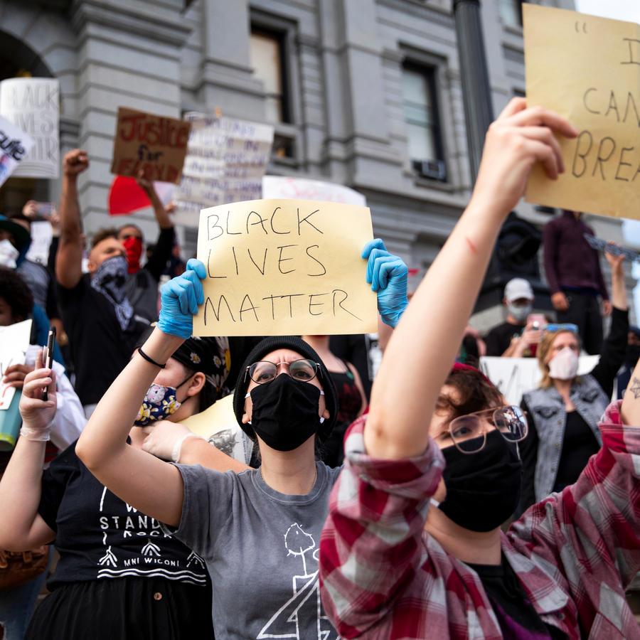 Los manifestantes sostienen carteles durante una protesta en el Capitolio estatal contra la lesión mortal infligida por la policía de Minneapolis al hombre afroamericano George Floyd, en Denver, Colorado, EE.UU.