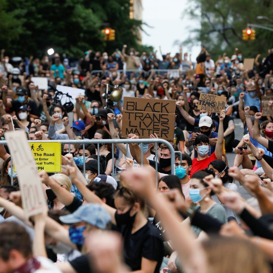 La gente celebra una vigilia cerca de la Mansión Gracie mientras continúan las protestas porla muerte de George Floyd en Minneapolis, en la ciudad de Nueva York