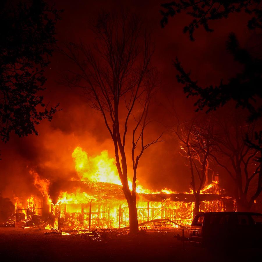 Las llamas devastan estructuras a lo largo del distrito 12 el lunes 28 de septiembre de 2020 en Santa Rosa, California.