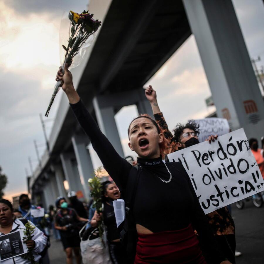 Personas realizan una marcha tras el colapso del metro.