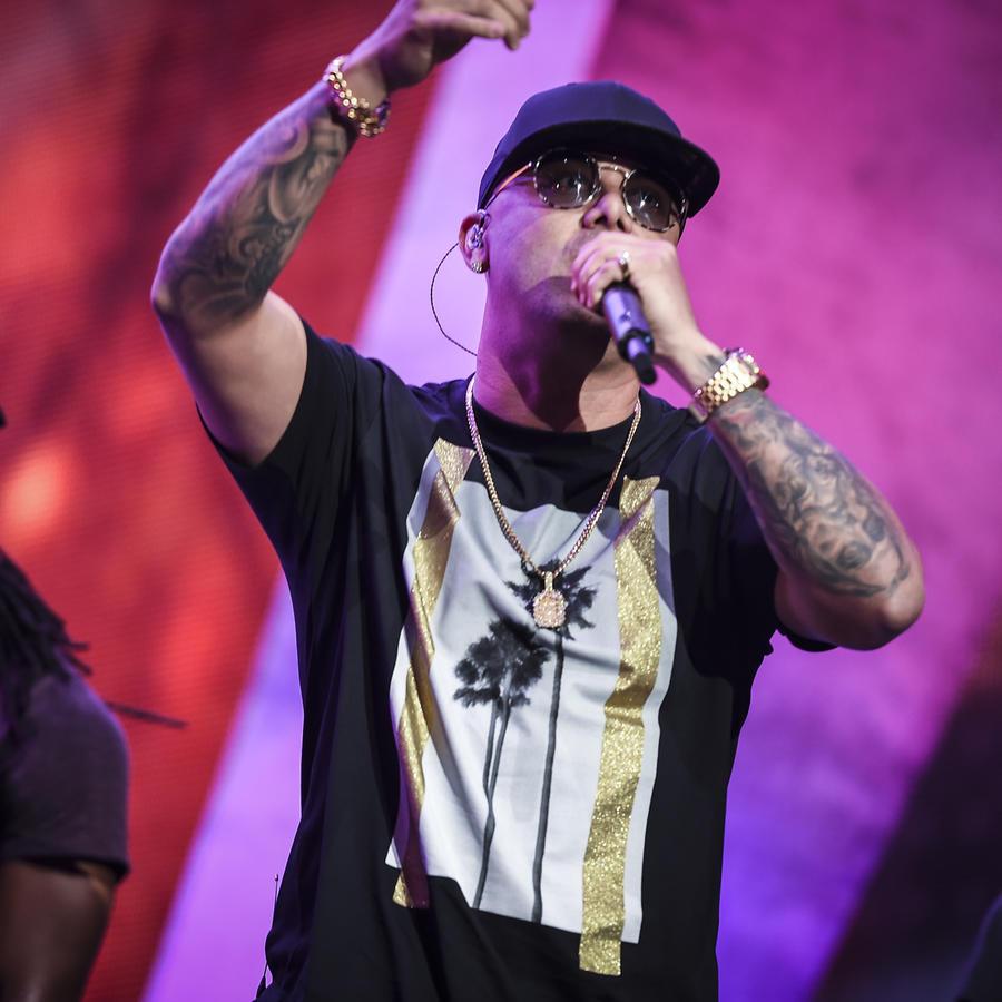 Wisin con la mano arriba en los ensayos de Premios Billboard 2017