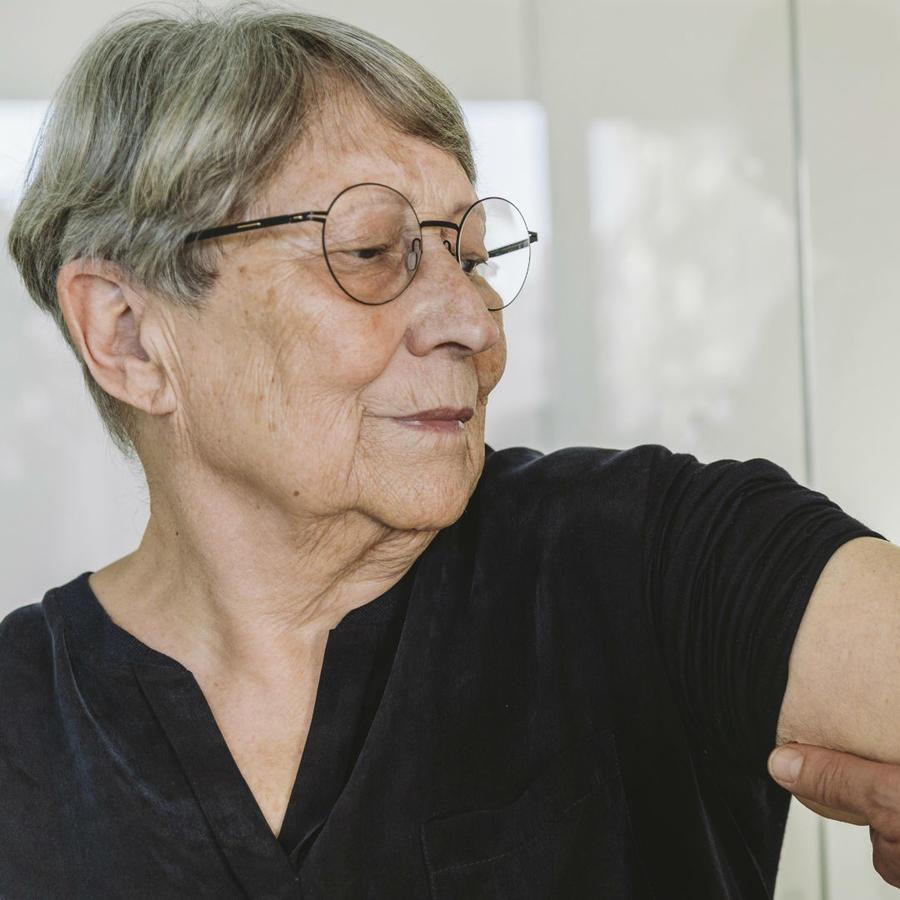 Mujer adulta recibiendo una vacuna