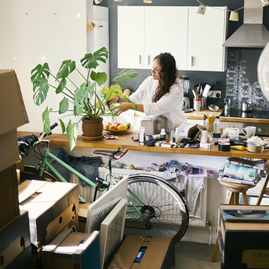 Mujer acumulando cosas en su cocina