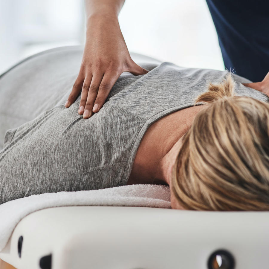 Mujer con dolor de espalda insoportable