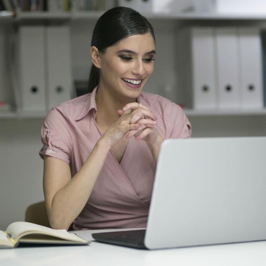 Mujer en una entrevista de trabajo virtual