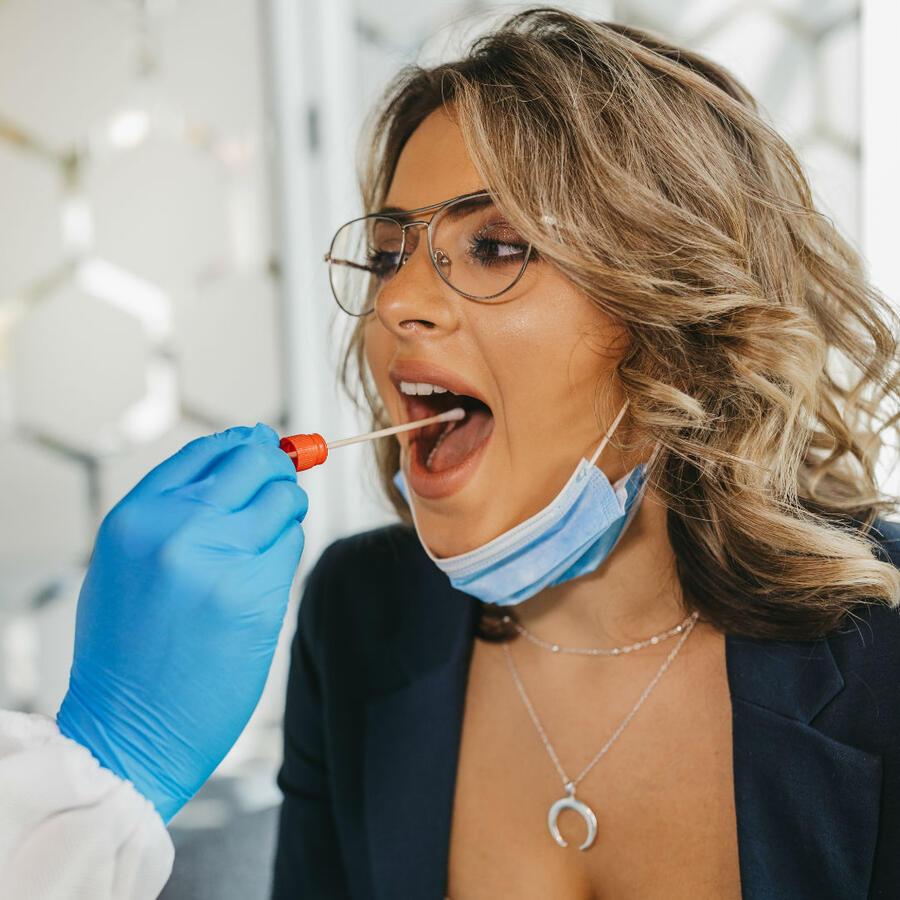 Mujer realizándose la prueba de COVID-19