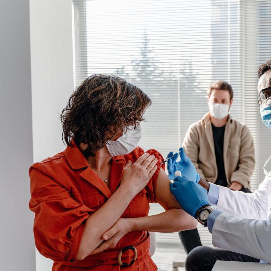 Mujer recibiendo la vacuna contra el COVID-19