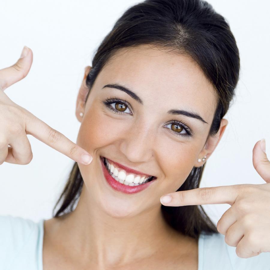 Mujer mostrando su sonrisa