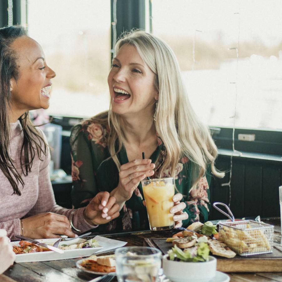 Mujeres comiendo en un restaurante