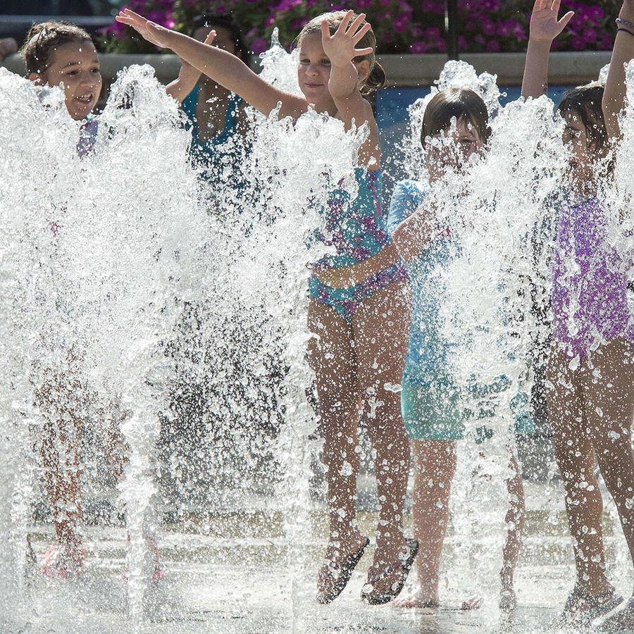 Niños se refrescan durante una ola de calor en varios estados de la nación