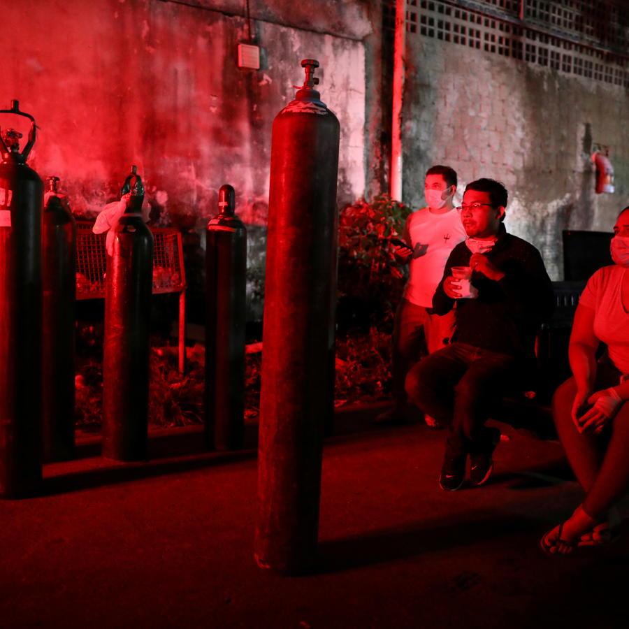 Personas compran oxígeno en Manaos, Brasil.