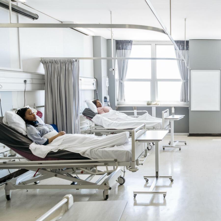 Pacientes en camillas de hospital