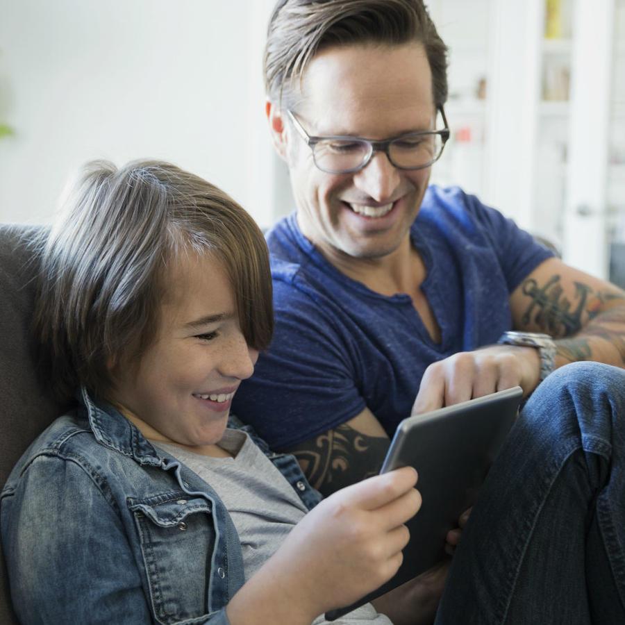 Padre e hijo con la tecnología