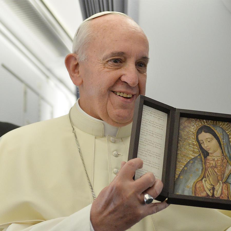 Papa Francisco con un cuadro de la Virgen María