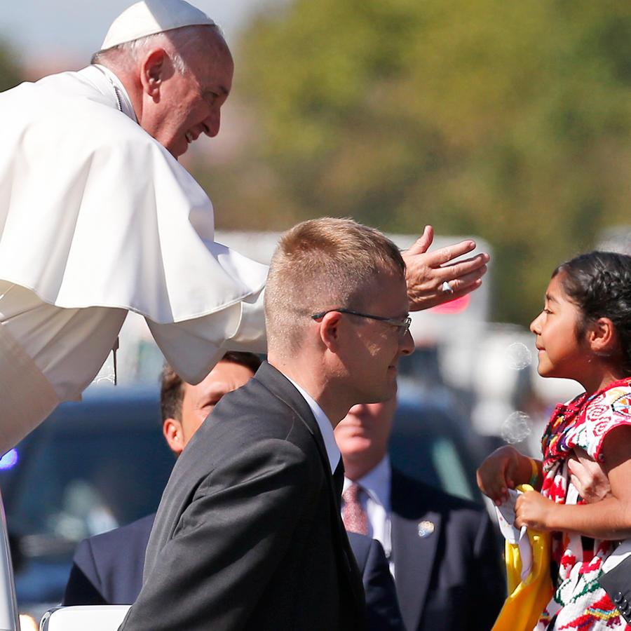El Papa Francisco saluda a la niña hispana Sophie Cruz, hija de inmigrantes, durante su recorrido en Washington D.C. el miércoles 23 de Septiembre