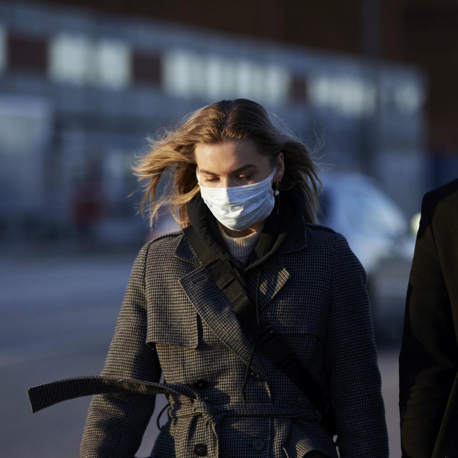 Pareja usando mascarilla durante la pandemia
