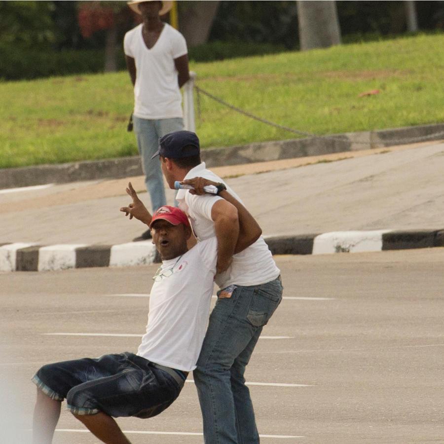 Manifestantes protestan antes de la misa del papa Francisco en la Plaza de la Revolución en La Habana, Cuba