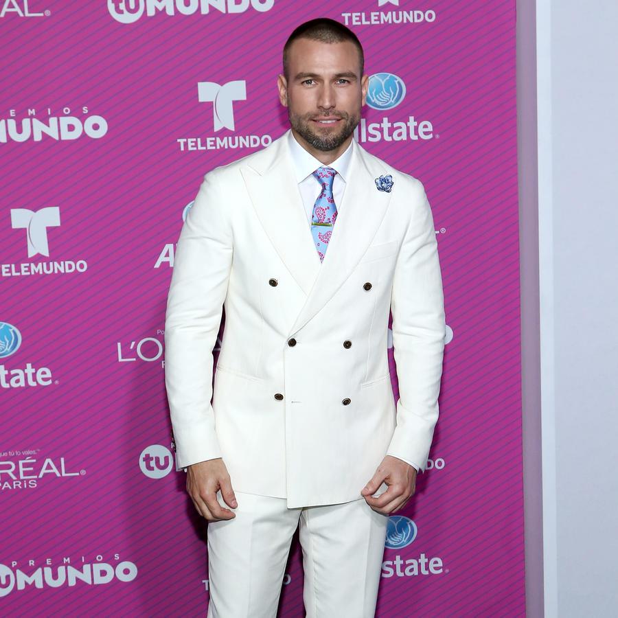 Rafael Amaya on the blue carpet of Premios Tu Mundo 2015