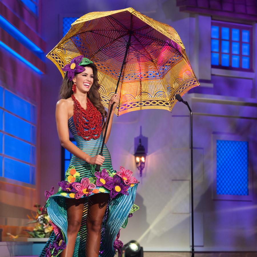Desfile en traje típico de las candidatas a Miss Universo 2014