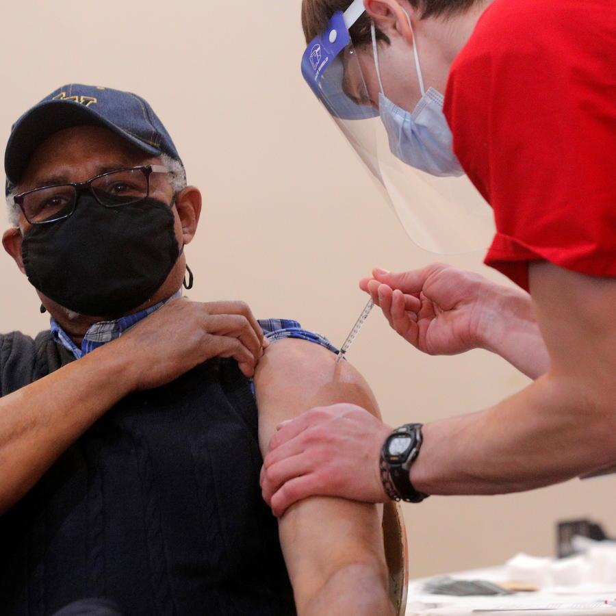 Un hombre recibe su primera dosis de la vacuna contra el COVID-19 de Pfizer.