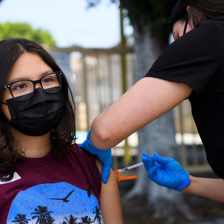 Una adolescente se vacuna en Los Ángeles, California.
