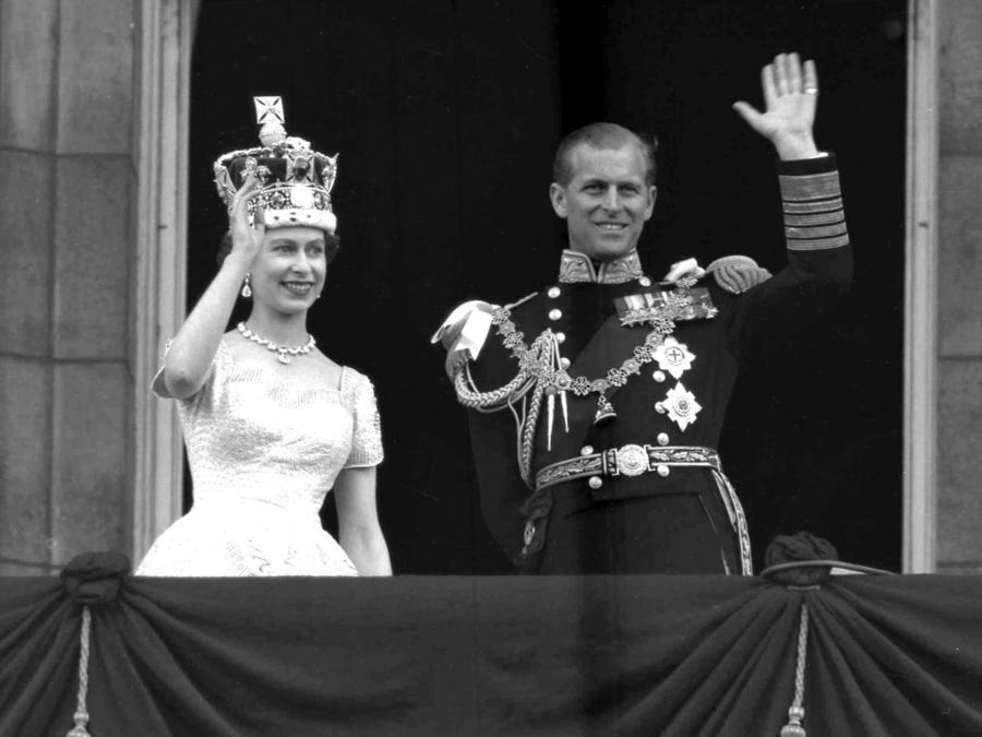 En esta foto del 2 de junio de 1953, la reina Isabel II de Inglaterra y el príncipe Philip saludan desde el balcón del Palacio de Buckingham en Londres tras la coronación de la reina en la Abadía de Westminster.
