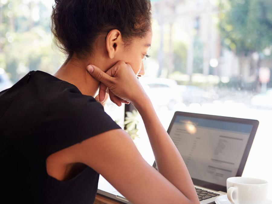 mujer computadora