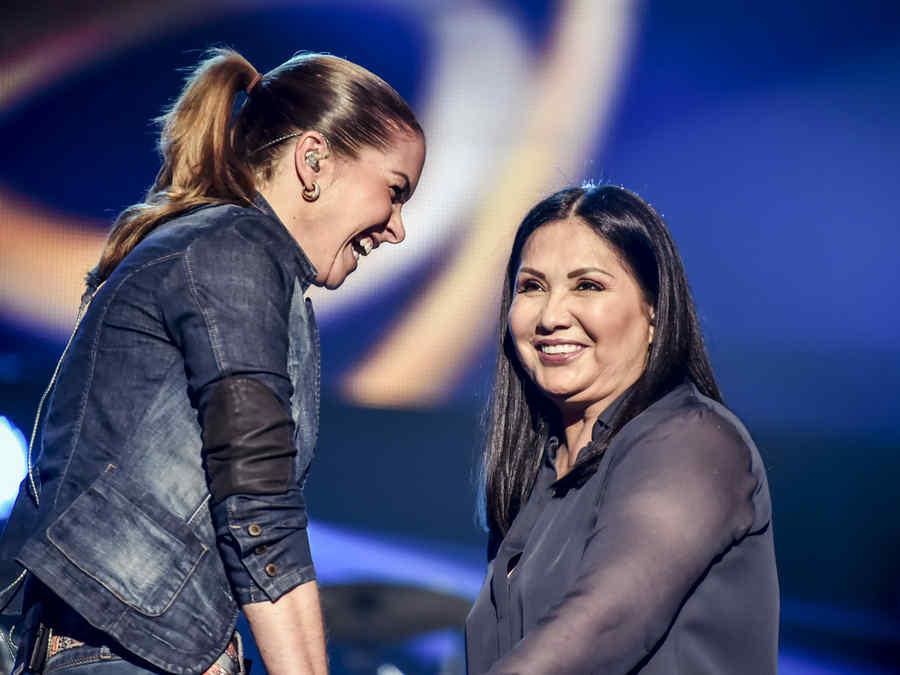 Ana Gabriel y Lucero sonriendo en el ensayo de Premios Billboard 2015
