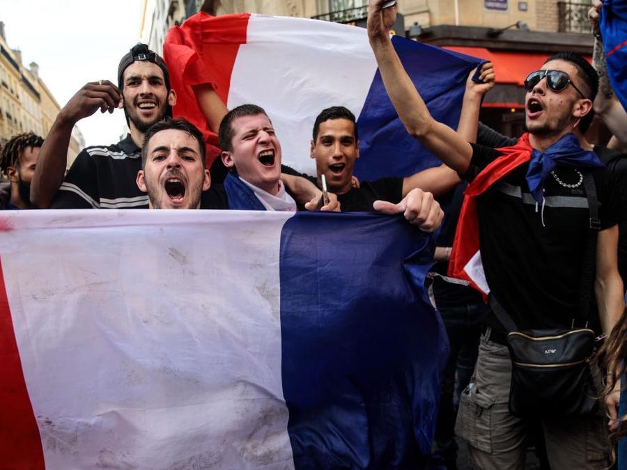 Las calles de París estuvieron llenas de fans