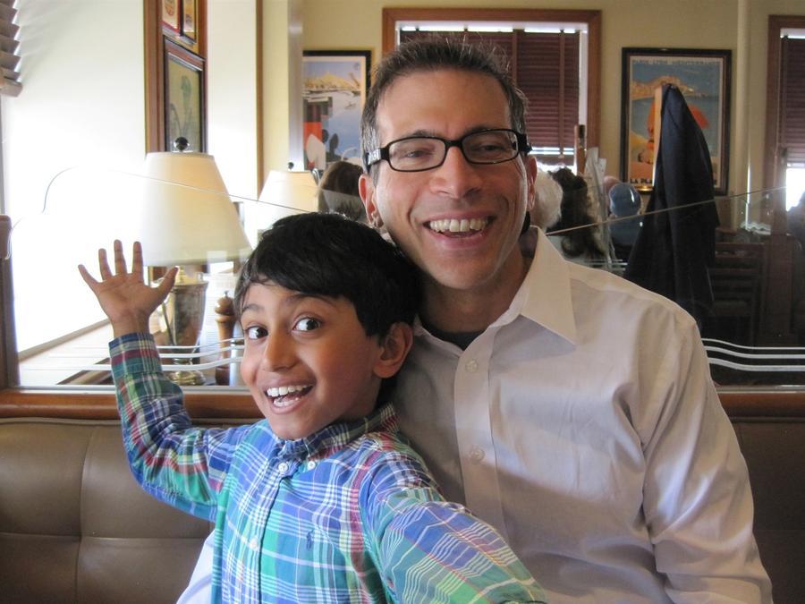 Kieran Shafritz junto a su padre en abril de 2015