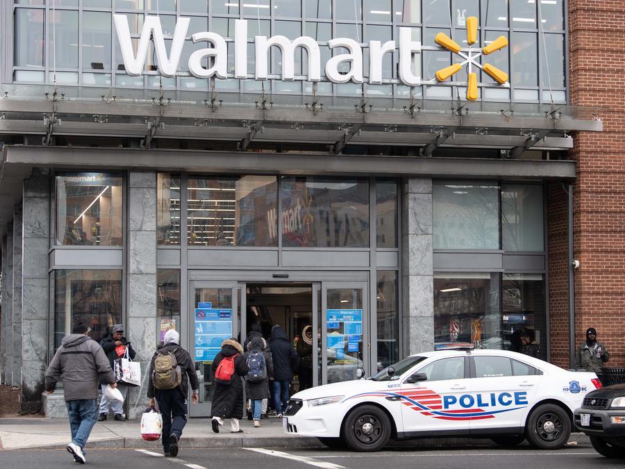 Fotografía de archivo de la entrada de una tienda Walmart