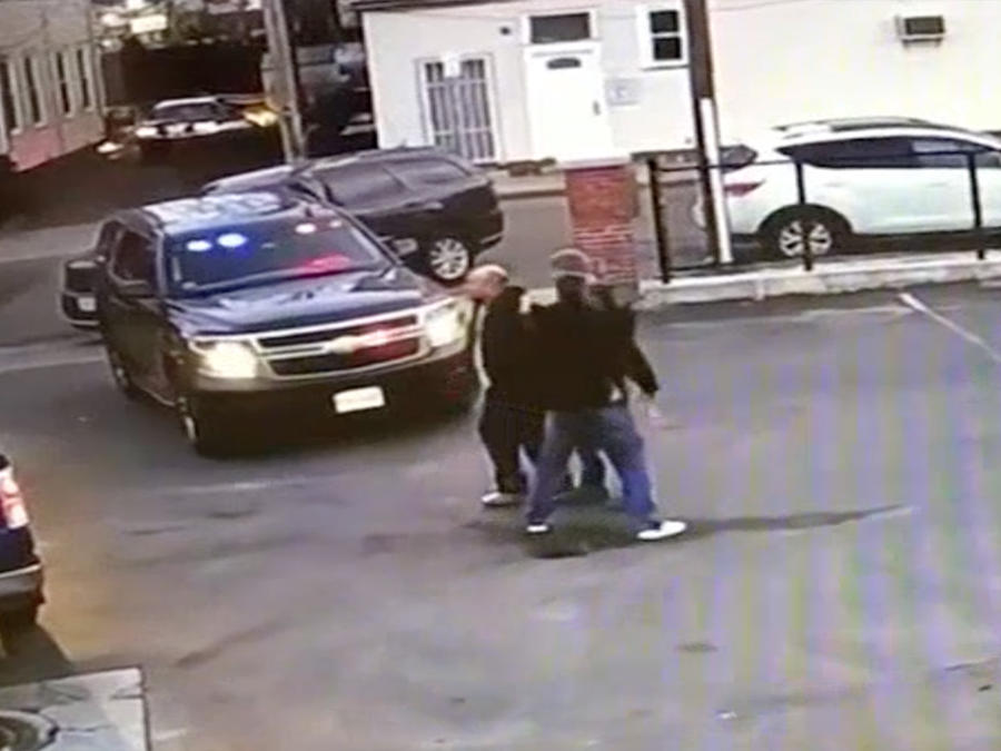 Imagen del video que grabó la captura de uno de los sujetos en Massachusetts.