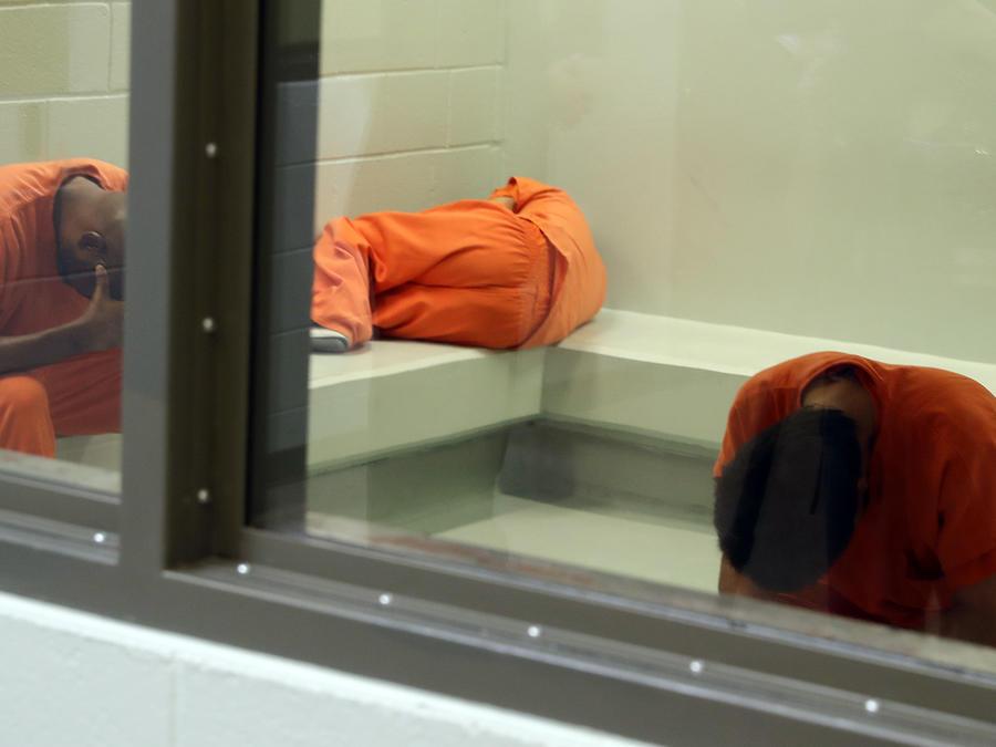 Inmigrantes detenidos en el Centro de ICE en Adelanto, California.