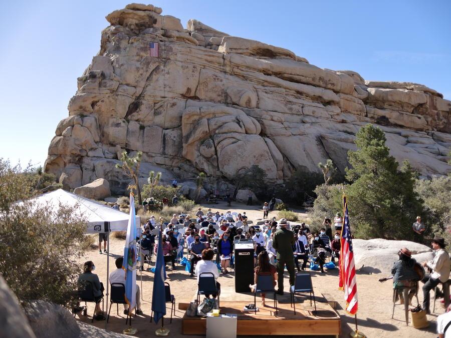 Un grupo de inmigrantes presta juramento durante una ceremonia de naturalización llevada a cabo en exteriores en el Parque Nacional Joshua Tree, por la pandemia de COVID-19.